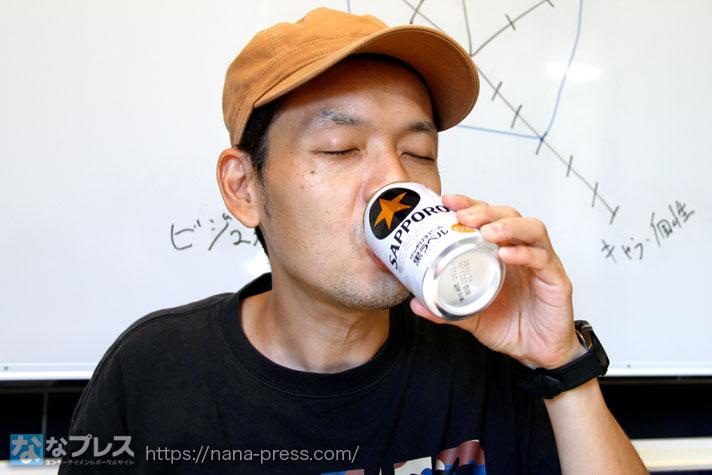 ビールを飲むトニー
