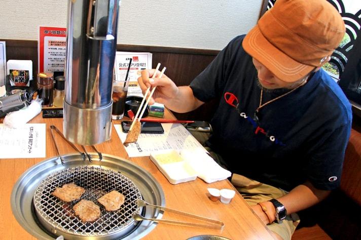 焼肉を焼く松本バッチ
