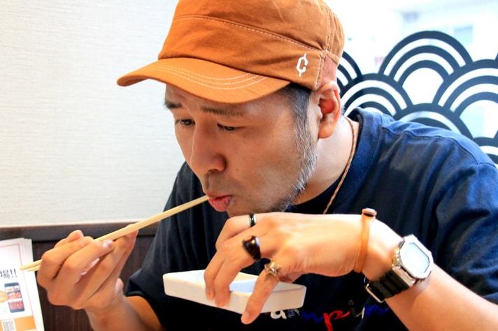 焼肉を食べる松本バッチ