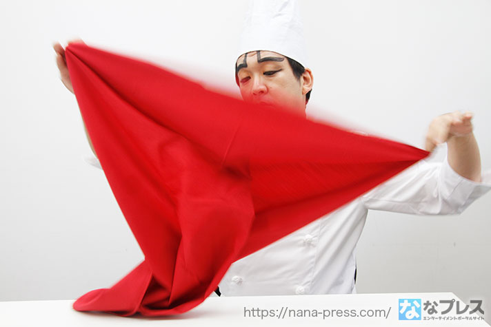 スカーフを広げるヨースケ画像