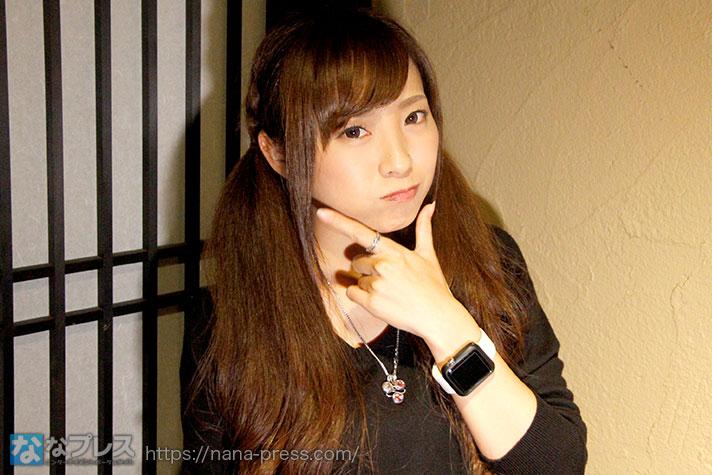 ポーズをとる倖田柚希