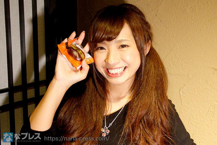 栗饅頭を持つ倖田柚希