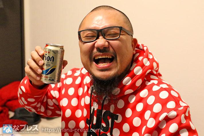 ビールを持つ髭原人