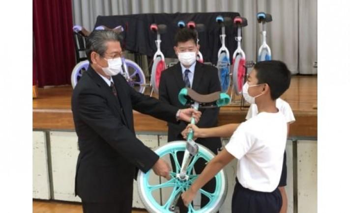 静岡のアシベ商事、小学校へ一輪車15台を寄贈